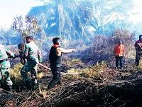 Personel Koramil 23/Langsa Timur Bantu Padamkan Hutan Dan Lahan di Desa Buket Medang Ara