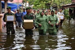 Peduli Korban Banjir, Persit KCK Cabang XXI Yonif 611 Terjun Ke Air Guna Salurkan Bantuan