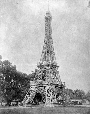 Replika menara Eiffel. http://upload.wikimedia.org/wikipedia/commons/5/57/COLLECTIE_TROPENMUSEUM_Eiffeltoren_van_bamboe_te_Tasikmalaja_Java_opgericht_ter_ere_van_de_kroning_van_koningin_Wilhelmina_in_1898_en_ontworpen_en_uitgevoerd_door_de_opzichter_van_de_Waterstaat_A.H._van_Bebber_TMnr_10011465.jpg