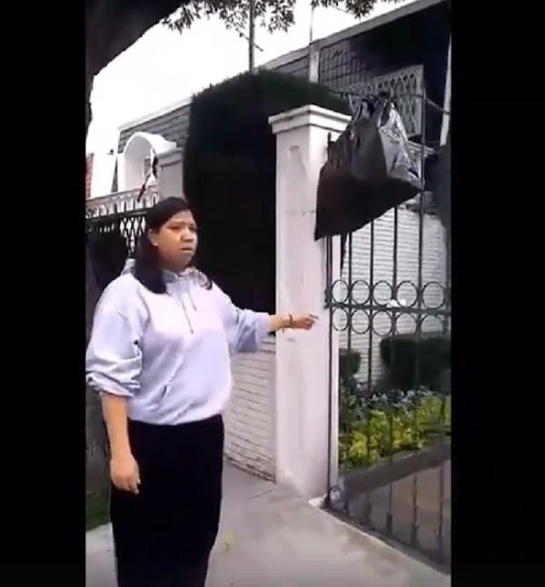Mujer regresa a sus dueños un costal de basura que tiraron en la calle (VIDEO)