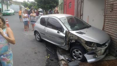 Em Campina Grande, policial  bêbado bate o carro e causa estragos em rua da cidade