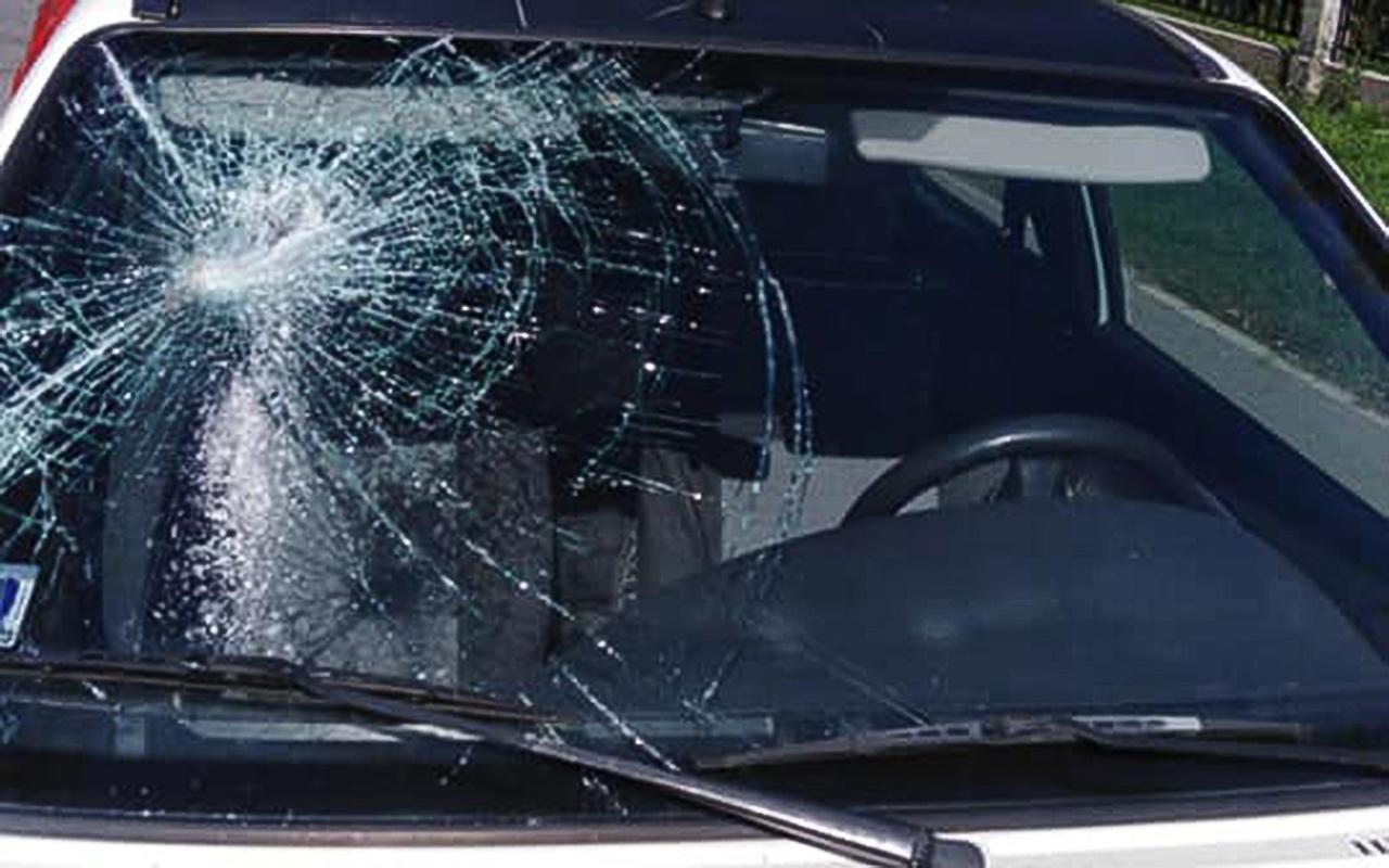 Imantā mašīnai izsit stiklu ar ķieģeli