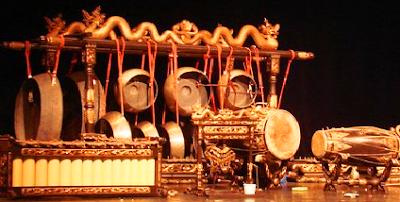 Karawitan merupakan seni yang masuk dalam kategori seni musik tradisional Jawa dengan piranti yang lengkap dan berkembang turun-temurun seiring dengan perkembangan jaman serta tidak meninggalkan jejak keorisinilannya. Piranti peralatan musik tradisional tersebut bernama Gamelan, yang terdiri dari bermacam-macam dan jenis alat atau ricikan.