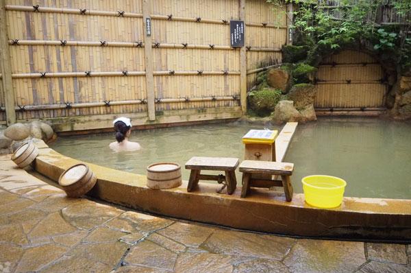 Bersantai di pemandian air panas di Ikaho Onsen