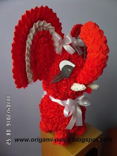 Czerwony słoń z róż krepy włoskiej.