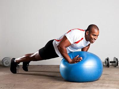 động tác Exercise Ball Push Ups