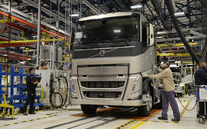 Volvo inicia produção em série da nova geração de caminhões FH, FM e FMX no Brasil