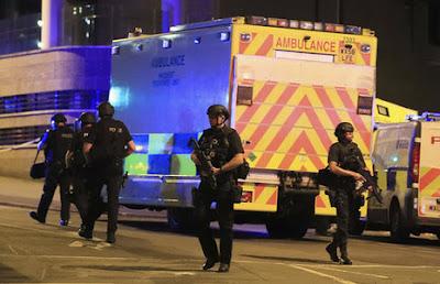 פיגוע התאבדות ענק במנצ'סטר לאחר הופעתה של הזמרת אריאנה גרנדה; 22 מצאו את מותם ועשרות פצועים