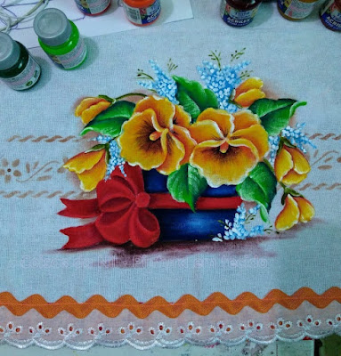 vaso de amor perfeito com laço pintura em tecido
