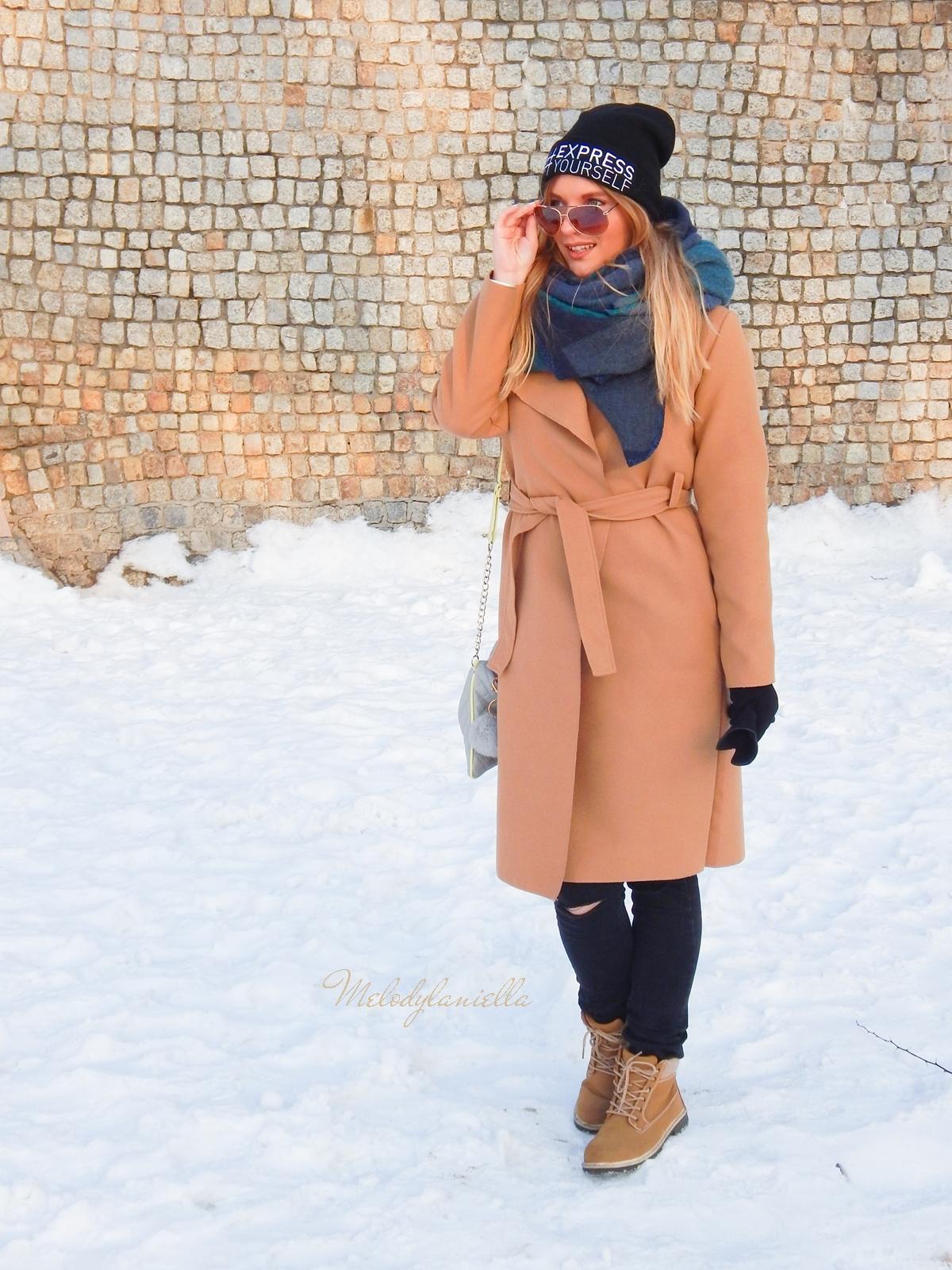 3 melodylaniella wełniany piaskowy beżowy karmelowy wielbłądzi płaszcz stylizacja na zimę białe dodatki torebka manzana trapery deichmann czepka bellissima duży szal okulary lifestyle blogger