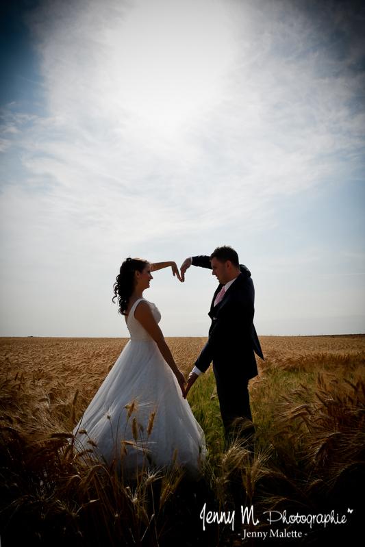 portrait des mariés, photo couple en contre jour, coeur avec les bras, photo originale