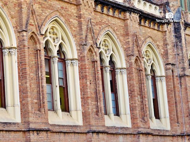 Close-up dos janelões da fachada da Santa Casa de São Paulo - Vila Buarque - São Paulo