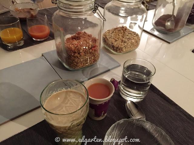 Frühstückstisch mit Flocken und Säften