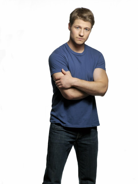 benjamin mckenzie blue muscle shirt blue jeans pose season 3 the o.c. photo shoot