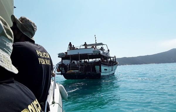 Operação de fiscalização ambiental da Polícia Federal apreende peixes e autua embarcações em Arraial do Cabo