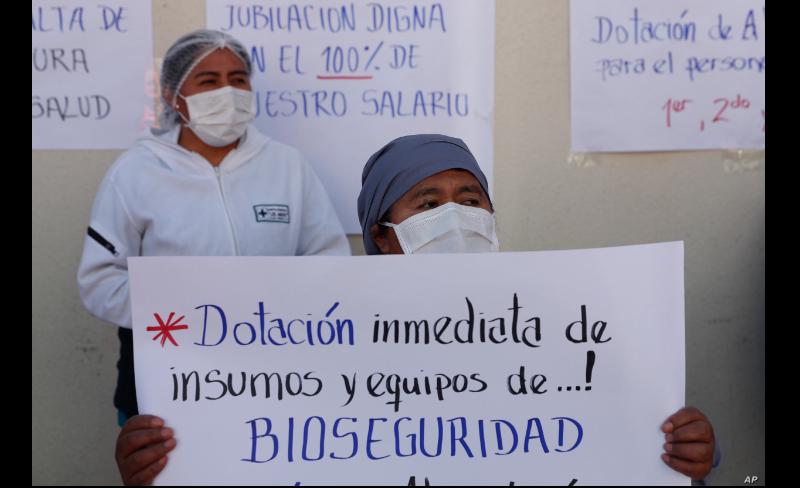 Un trabajador de la salud pide donaciones inmediatas de insumos médicos en el Hospital Del Norte, en El Alto, Bolivia el 16 de junio de 2020 / AP
