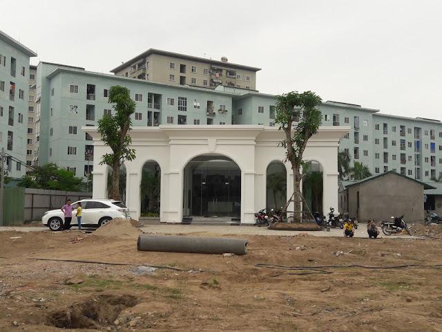 Phần cổng chào dự án đang được hoàn thiện cùng văn phòng bán hàng