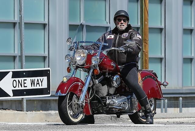 Arnold Schwarzenegger ignora l'isolamento e fa un giro sul motore