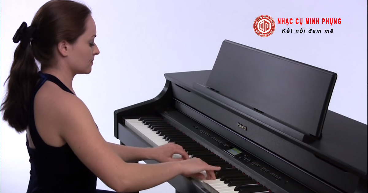 Nên mua đàn piano cơ hay của Roland