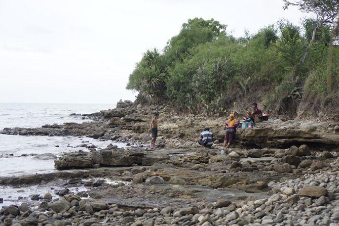 Sudut lain pantai Jatisari adalah bebatuan karang