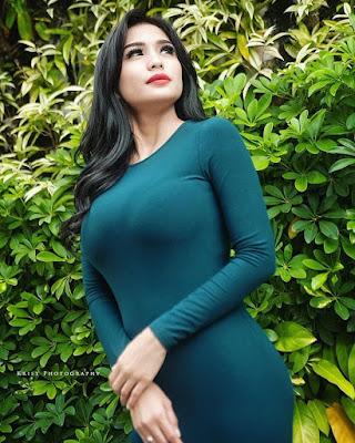 Bibie Julius Seksi dengan baju hijau ketat dan besar