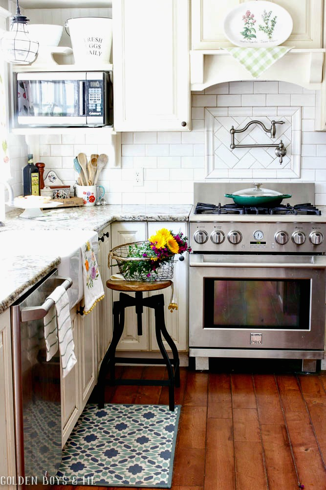 Spring kitchen with farmhouse style and pops of color
