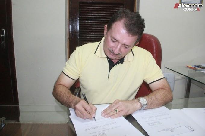 FERIADÃO! Prefeito Magno Bacelar assina decreto de feriado na sexta (29) e segunda-feira (02)