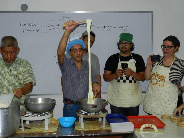 Gustavo Castro pone sus conocimientos al servicio de quienes deseen aprender a hacer quesos