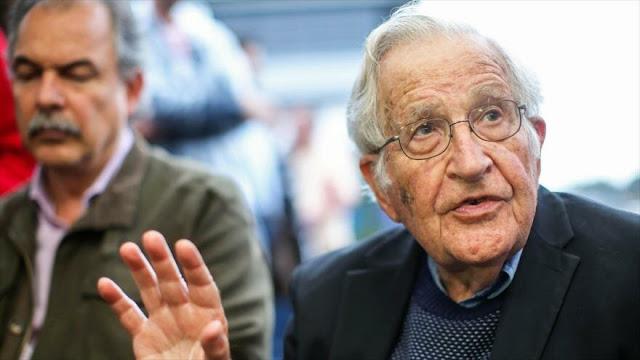 "Chomsky critica a Macri por ""subyugar"" democracia argentina a FMI"