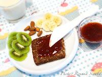 Mic dejun cu paine integrala si fructe