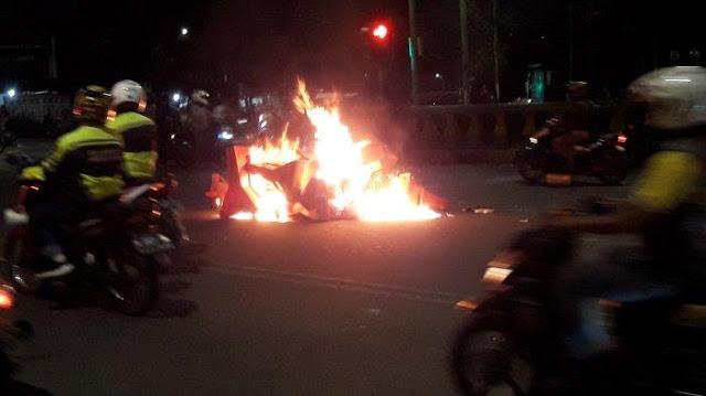 Aksi Ricuh Meluas hingga Budi Kemuliaan, Api Menyala di Tengah Jalan