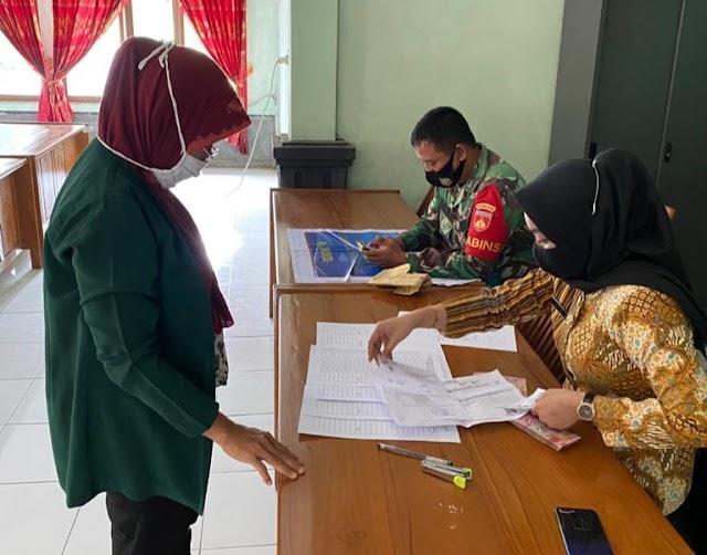 Babinsa Kebonagung Dampingi Penyaluran BLT Dana Desa