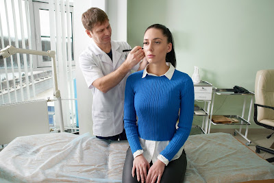 Mujer con infección en el oído