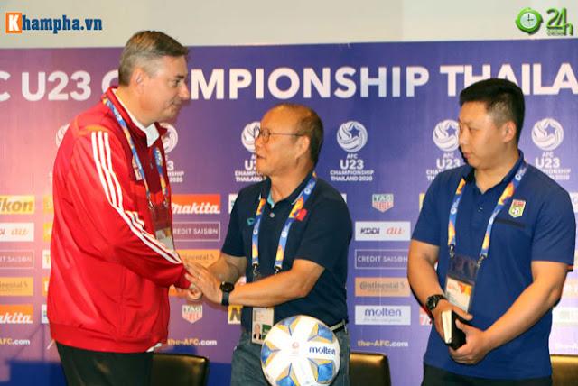 Thầy Park thân mật với HLV của UAE trước đại chiến ở giải U23 châu Á 8