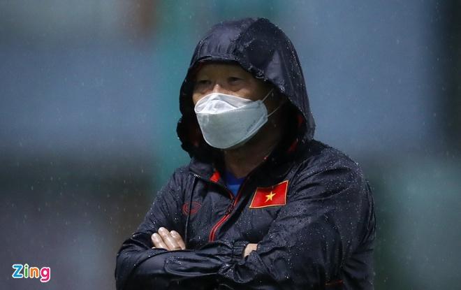 HLV Park đứng trong mưa, chỉ đạo U22 Việt Nam tập luyện