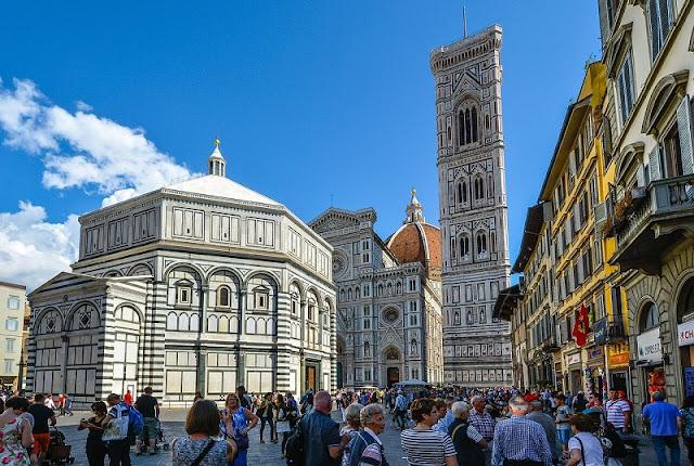 Visitantes na Piazza del Duomo