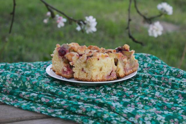 Wilgotne ciasto drożdżowe z sezonowymi owocami i kruszonką. Jedno z łatwiejszych.