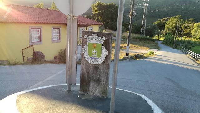Rotunda e placa de Freguesia de Viar