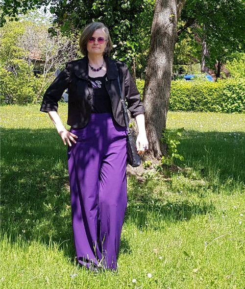Kommunion - in lila Marlenehose, Shirt mit Applikationen und Kurzblazer