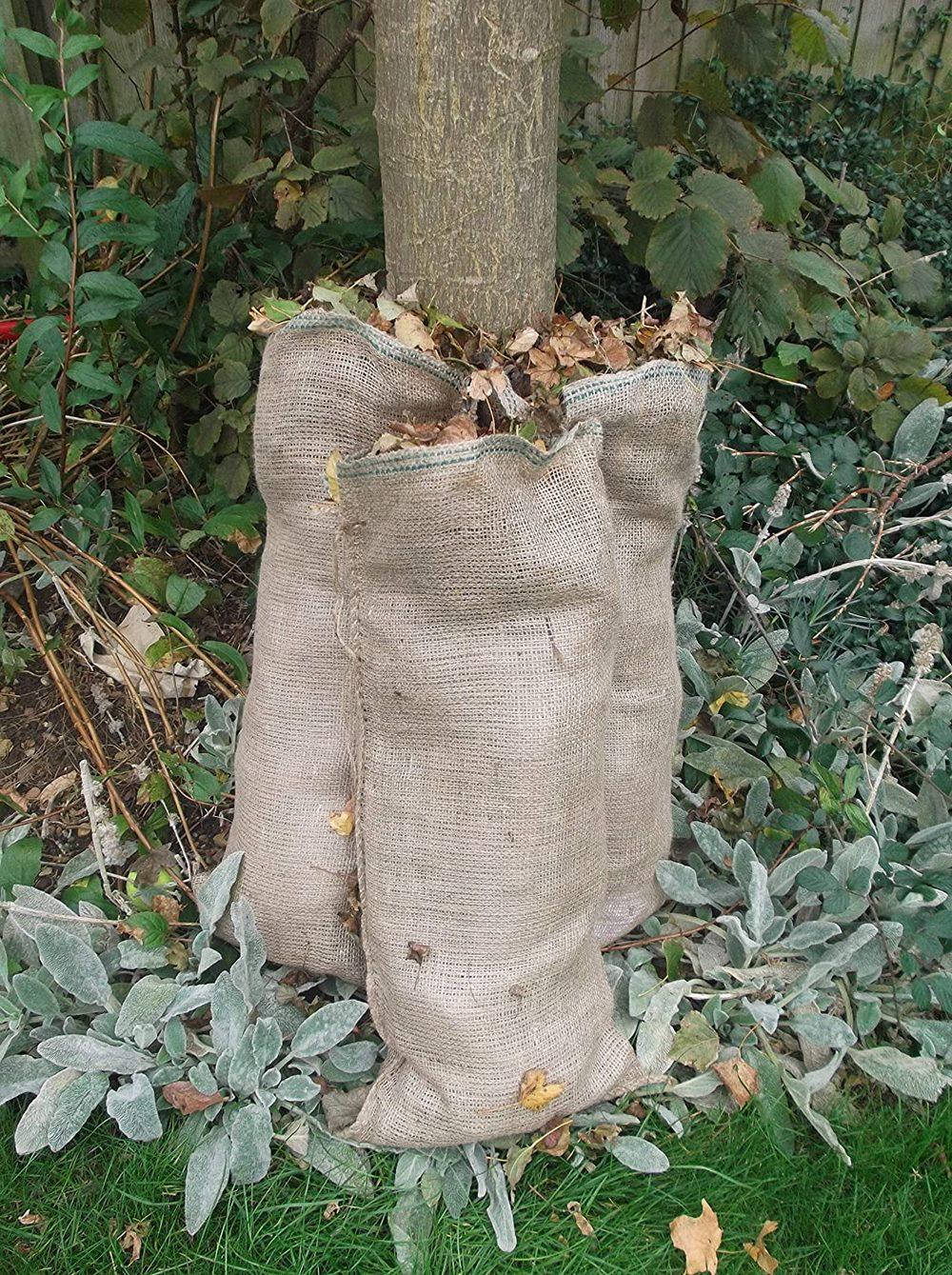 sacos de yute con hojas secas de jardin