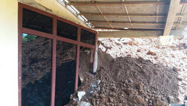 Kondisi salah satu rumah yang tertimbun tanah longsor