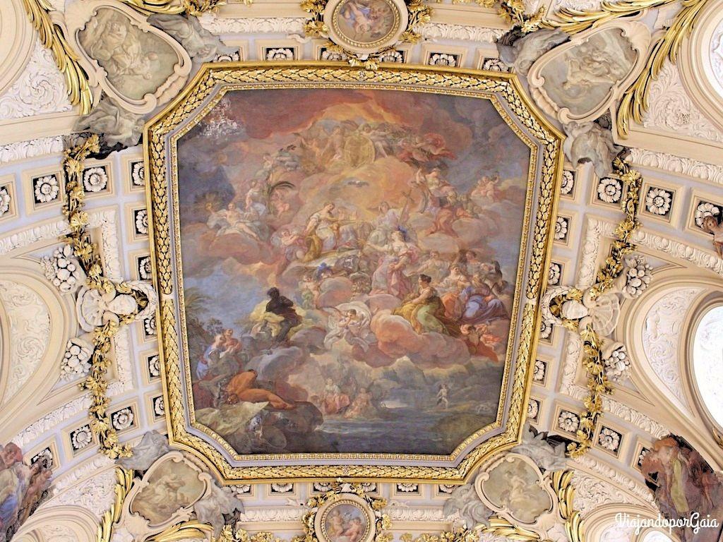 El fresco de la bóveda fue diseñado por Sachetti y llevado a cabo por Corrando Giaquinto.