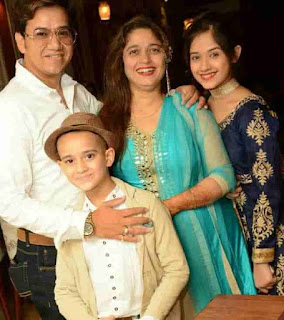 Jannat Zubair With Her Mother, Father And Brother