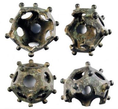 Un dodecaedro incompleto in lega di rame fuso (1 - 400 d.C.), scoperto da un metal detector nello Yorkshire, in Inghilterra.