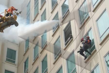 Panduan Menyelamatkan Diri di Gedung Tinggi Saat Terjadi Bencana