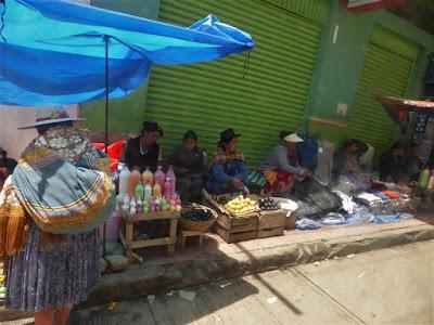 Puestos callejeros de venta de frutas y de yogur en botella