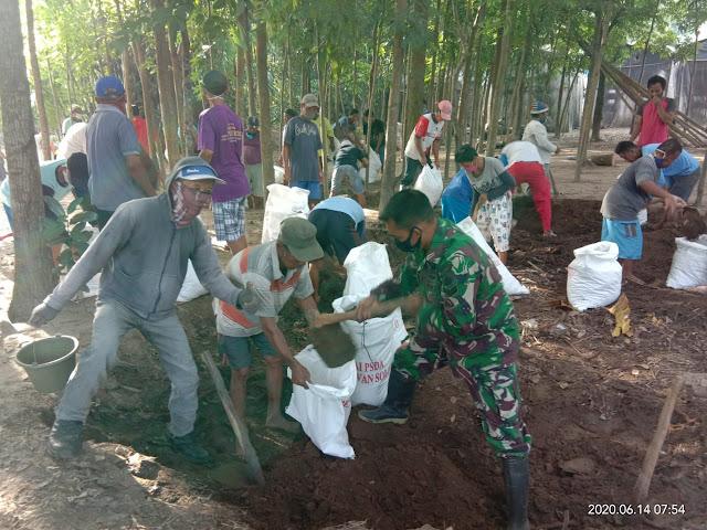 Babinsa Koramil 04/Pedan Bersama Masyarakat Binaan Melaksanakan Karya Bhakti