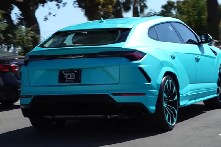 Siêu SUV Lamborghini Urus 'lòe loẹt' trong bộ cánh màu xanh