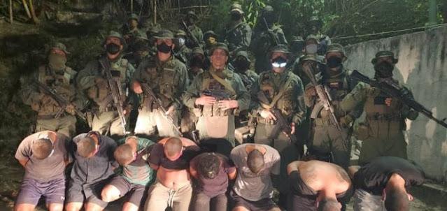 """La Justicia condenó a 54 personas, de un total de 85 detenidas, por el ataque marítimo fallido contra Venezuela ocurrido hace un año, informó este lunes el fiscal general, Tarek Saab, que también indicó que aún quedan 63 por aprehender.  A través de un hilo de mensajes en Twitter, Saab explicó que, tras cumplirse un año de este ataque conocido como """"Operación Gedeón"""", las autoridades han detenido a 85 personas y 54 de ellas admitieron los hechos por lo que, de una vez, fueron condenadas """"en la audiencia preliminar a penas que oscilan entre los 12 y 24 años de prisión"""", sin pasar a la siguiente fase del proceso penal.  Las 31 restantes tendrán la audiencia de apertura de juicio el próximo 13 de mayo.  Tras la detención de estas 85 personas, 34 en flagrancia y 51 por órdenes de aprehensión, se realizaron 18 audiencias de delación, """"en las que los partícipes de la operación admitieron los hechos y dieron información importante para identificar y aprehender a otros investigados"""".  Entre los detenidos se encuentran los """"cabecillas"""" de la operación, los capitanes Antonio Sequea Torres, Víctor Pimienta, Jesús Manuel Ramos López, y los dos """"mercenarios"""" de nacionalidad estadounidense, Luke Alexander Denman y Airan Berry, pero no precisó si ya fueron condenados.  En otro mensaje, el fiscal agregó que aún quedan 63 personas por detener.  Hace un año, se registraron dos incursiones marítimas que fueron frustradas por el Gobierno venezolano que después responsabilizó a Estados Unidos y Colombia, en el plano internacional, y a la oposición, especialmente al líder opositor Juan Guaidó en el ámbito local, de lo ocurrido.  Estados Unidos y Colombia se desmarcaron entonces de los ataques, lo mismo que Guaidó, que tachó los sucesos como un """"montaje"""".  El jefe de la Asamblea Nacional, Jorge Rodríguez, recordó en esta misma jornada el suceso y dijo que la veracidad del """"ataque"""" está """"comprobado"""", luego de que en los últimos meses Colombia detuviera a implicados y destruyera campamentos"""