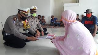 Baksos, Kasat Lantas Jeneponto Bagikan Al-Quran dan Masker di Pondok Pengajian